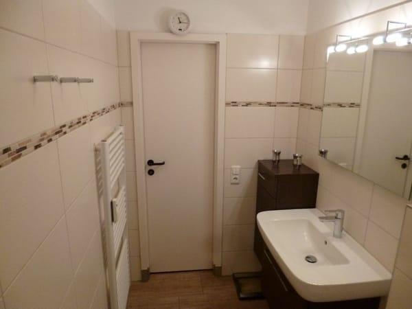 Bad mit 1 Wandschrank + 1 Waschbeckenunterschrank