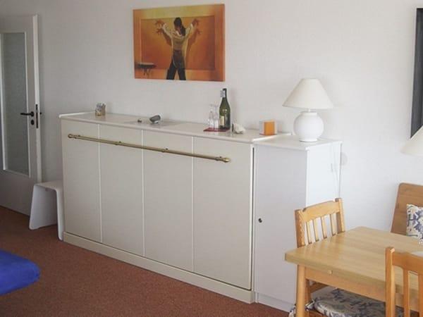 Einzel-Schrankbett im Wohnzimmer