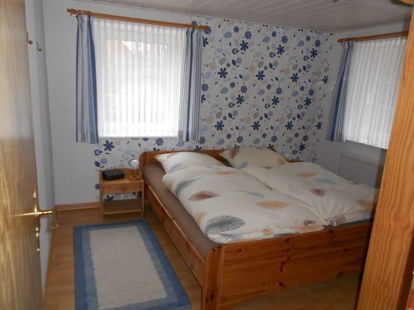 eins von zwei Schlafzimmern, 1x Doppelbetten, 1 x zwei Einzelbetten