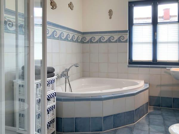 Das Bad in maritimem Design mit großer Eckbadewanne