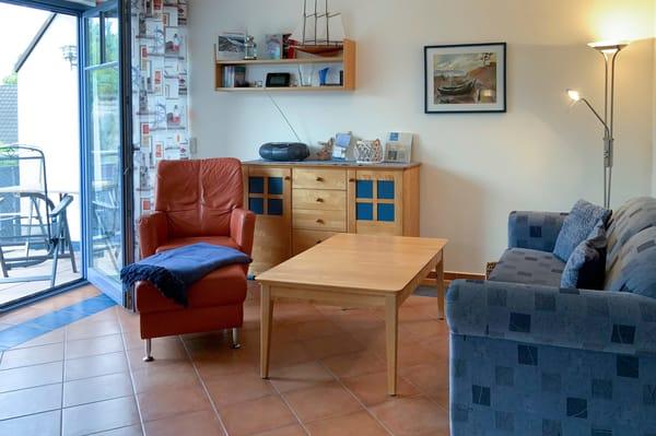 Das helle Wohnzimmer mit hochwertiger Möblierung in Echtholz