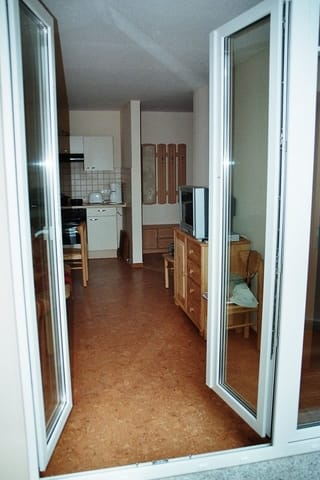 Blick vom Balkon zur offenen Küche (Fernseher alt)
