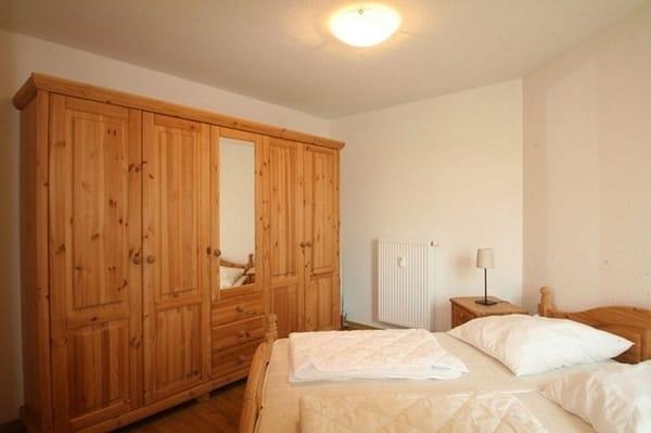 Schlafzimmer mit großem Schrank und Bett