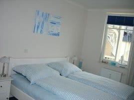 Schlafzimmer mit weißen Pinienmöbeln