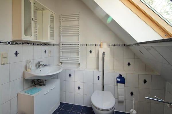 Badezimmer: WC und Waschbecken
