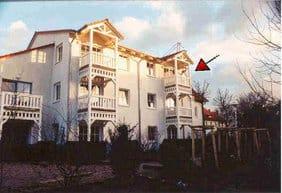 Ansicht des Hauses aus Gartenrichtung mit dem Balkon