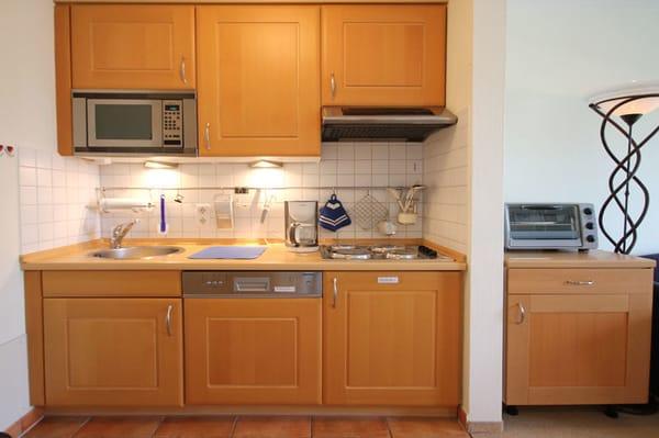 Küchenzeile mit 4-Platten-Herd, Spülmaschine, Mikrowelle, Mini-Backofen usw.