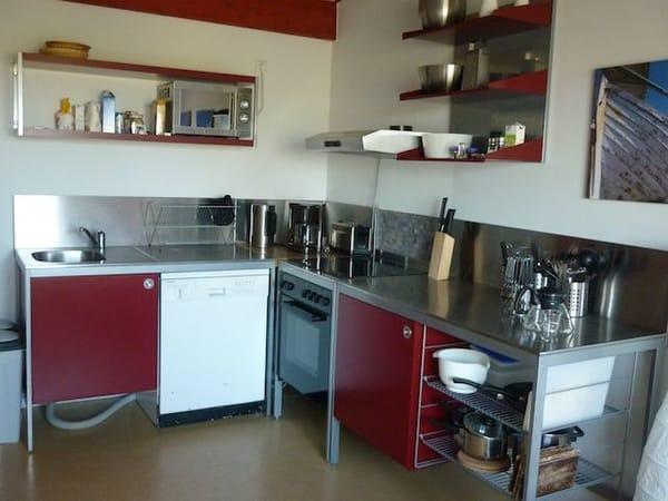 Küche mit Herd, Spülmaschine, Mikrowelle, Kühlschrank