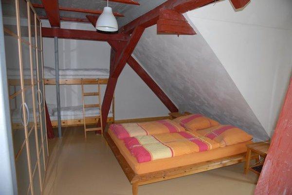 Schlafzimmer, Doppelbett und Doppelstockbett