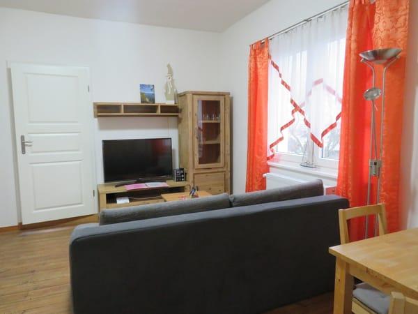 Wohnzimmer (Schlafsofa, LCD- SAT- TV)