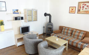 Wohnzimmer (Schlafsofa, LCD- SAT- TV, Kamin)