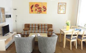 Wohnzimmer (Schlafsofa, LCD- SAT- TV) und Kamin