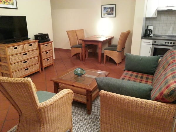 Blick auf Wohnzimmer, Essplatz und Küche