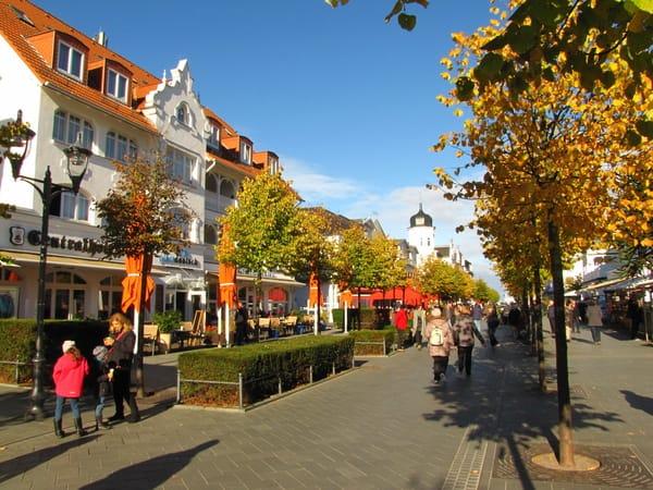 Die Hauptstraße von Binz im Herbst