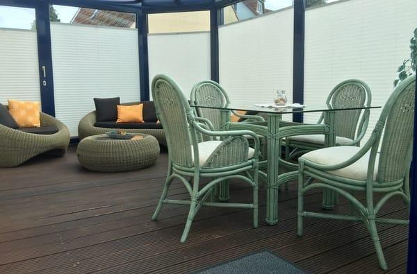 Wintergarten mit Rattanmöbeln und vielen Möglichkeiten, entspannen, lesen, essen, trinken und einfach nur genießen