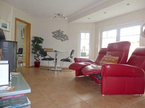 Wohnzimmer mit Funktionscouch und Essecke