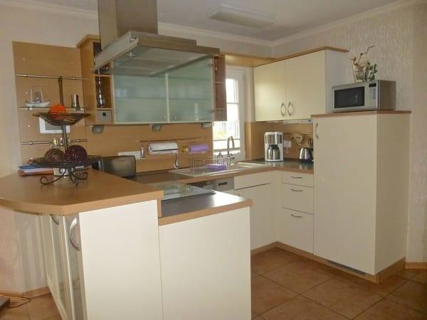 Küchenbereich mit Geschirrspüler, Bio-fresh Kühlschrank, Herd mit  Backofen, Mikrowelle