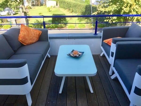 Terrasse zum relaxen mit modernen Lounge Möbeln