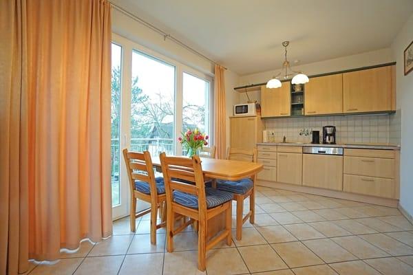 voll ausgestattete Küchenzeile und Esstisch im Wohnzimmer