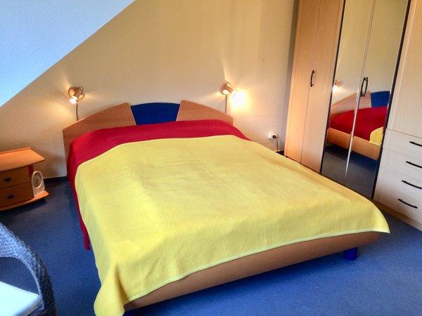 Doppelbett    (Kinderbett 1,20 x 0,60 m, kleine Tsichgruppe, Westfenster)
