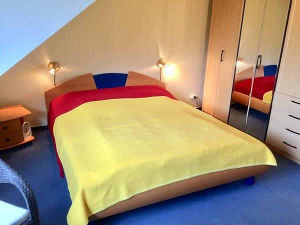 Doppelbett, geräumiger Kleiderschrank