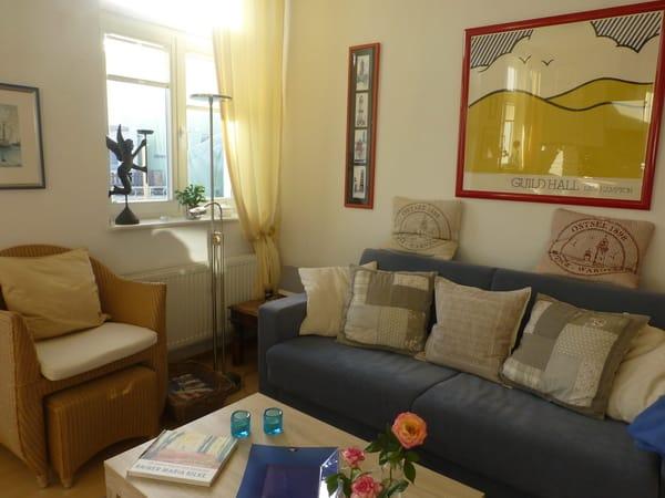 gemütliche Sitzmöbel (Sofa verwandelbar in ein 1,40 x 2,00 m Bett mit Kaltschaummatratze)