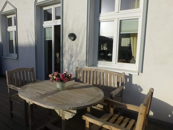 Terrasse mit Teak-Möbeln