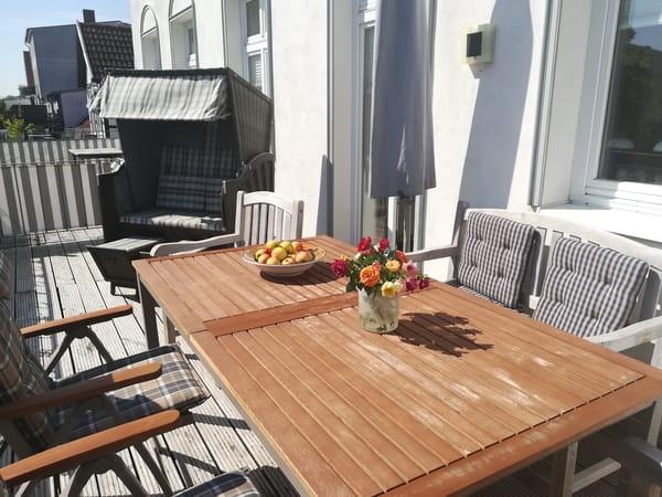 20 qm große Sonnenterrasse mit bequemen, verstellbaren Gartenmöbeln, Sonnenschirm und Strandkorb
