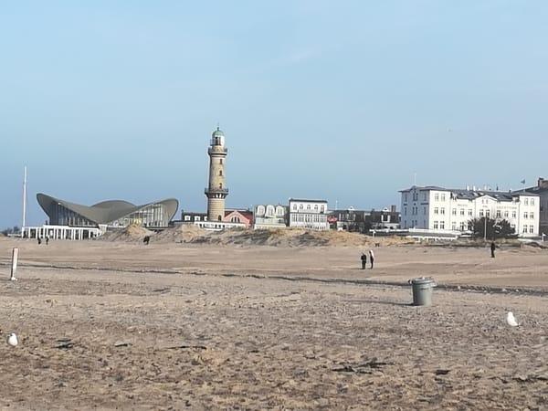der riesige Sandstrand, Leuchtturm und Teepott auf der Promenade - keine 5 Minuten von unserer Wohnung entfernt