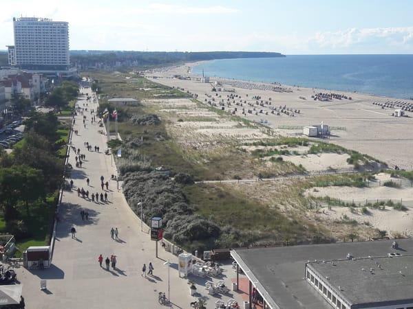 vom Leuchtturm aus gesehen Promenade und Strand bis zur Stoltera