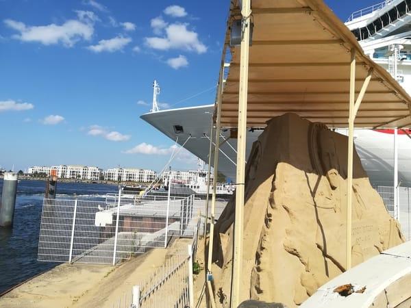 jeden Sommer: Sandskulpturen am Pier 7 - Blick auf die Hohe Düne, zu erreichen mit der Fähre