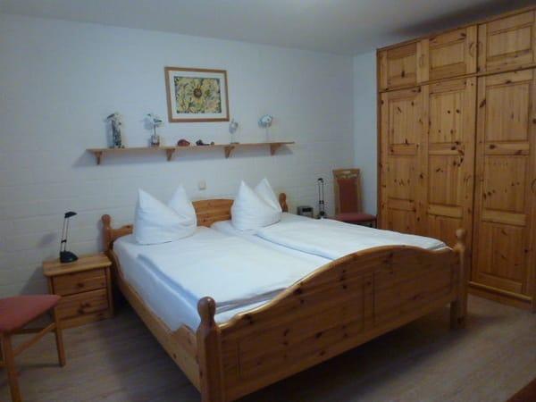 Schlafzimmer mit dreitürigen Kleiderschrank