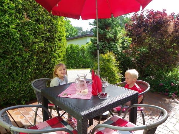 Terrasse mit Gartenmöbel und Grill !
