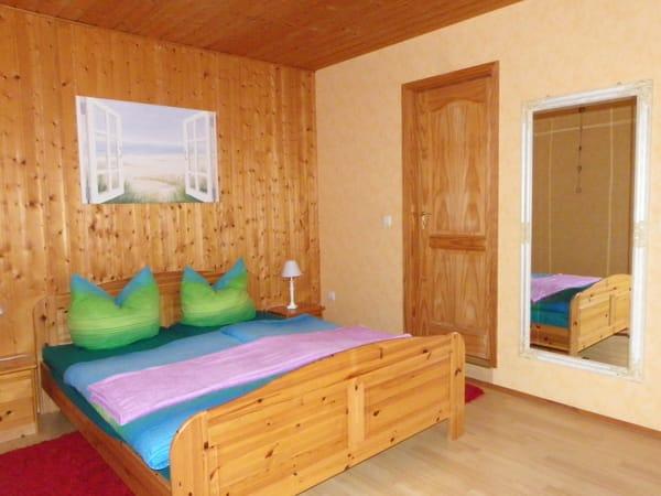 erstes Schlafzimmer mit Kleiderschrank und großem Spiegel !