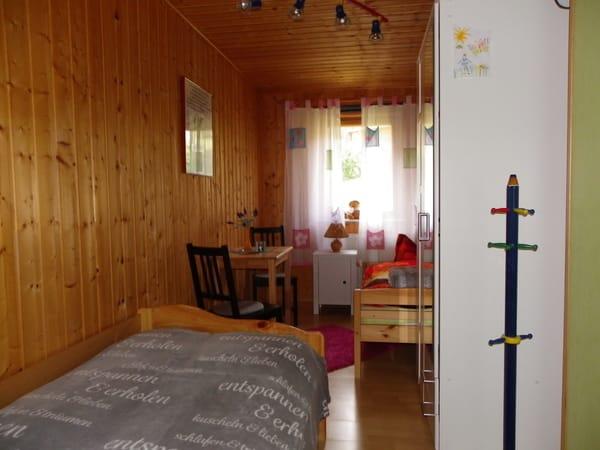 zweites Schlafzimmer mit zwei Einzelbetten , ,Kleiderschrank und gemütlicher Sitzecke