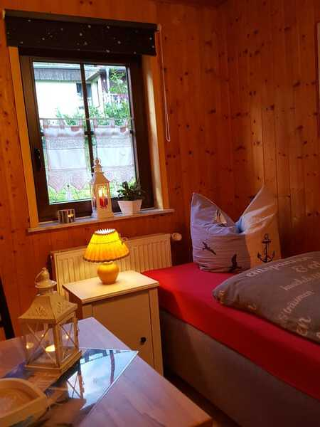 zweites Schlafzimmer mit zwei Boxspringbetten  ,Kleiderschrank und gemütlicher Sitzecke