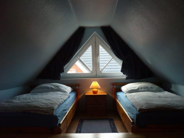 oberer Schlafbereich mit zwei Einzelbetten