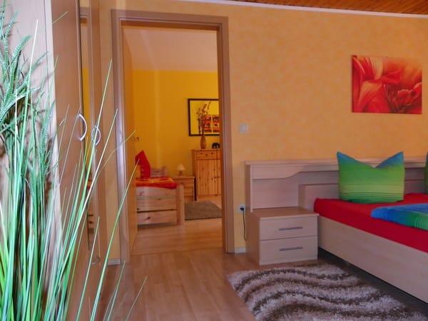 Erstes Schlafzimmer mit Kleiderschrank,Verdunkelungrollos