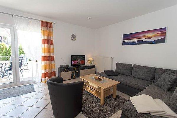 Das großzügige Wohnzimmer mit Sitzecke und Küchenzeile