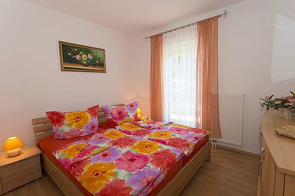 Eines von zwei Schlafzimmern mit Doppelbett