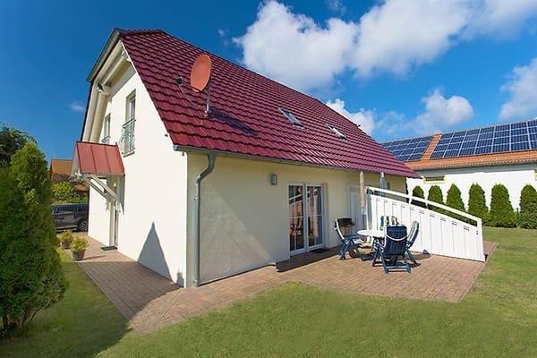 Ferienhaus mit zwei Ferienwohnungen und Terrassen sowie Liegewiese zum Spielen und Grillen