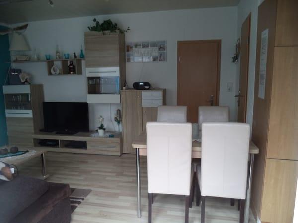 Wohnzimmer mit Schlafcouch,Fernsehrsessel  und LCD-Sat-TV Video ,DVD, Radio