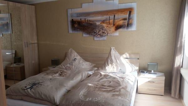Schlafzimmer mit Doppelbett 1,80 x 2,00 m und Sat-TV und DVD