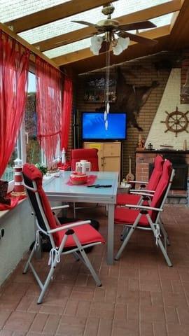 Verglaste Terrasse mit Elektrorolltor und  Kamin und Sat-TV