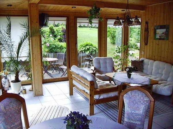 Wohnraum mit freiem Zugang zum Garten