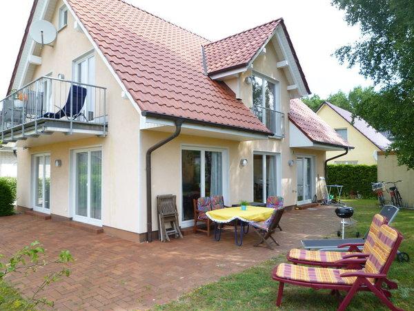 Helles Doppelhaus, gesamtes EG, mit 50 m² großer Terrasse nach Süden und Westen orientiert, sehr ruhige Lage