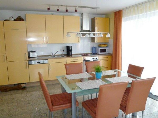 Hochmoderne Küche mit jeglichem Komfort und direktem Ausgang zur möblierten Terrasse