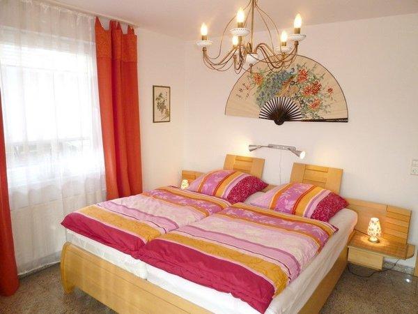 Hochwertiges und geräumiges Schlafzimmer mit großem Schrank, Echtholz furniert, Babybett und eine Aufbettung auf Wunsch möglich