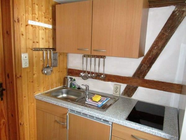 Kleine offene Küche mit Cerankochfeld