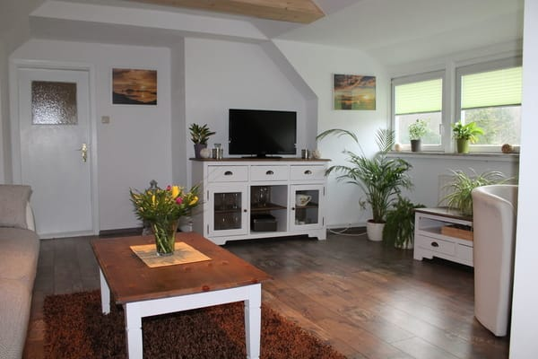 Großes Wohnzimmer mit herrlichem Gartenblick